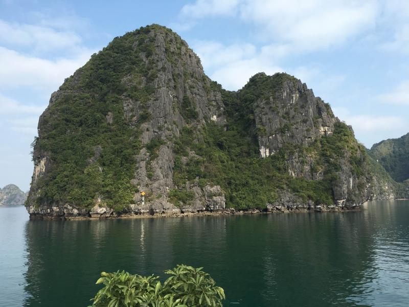 Halong Bay islets1